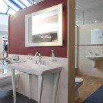 Waschtisch und beleuchteter Spiegel