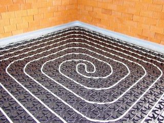 Fußbodenheizung im Noppenplattensystem - verlegtes Rohr auf Noppenplatten