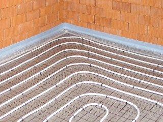Fußbodenheizung im Tackersystem Heizrohr mit Tackernadeln auf Faltplatte