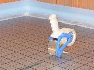 Fußbodenheizung im Tackersystem mit Klebebandrolle