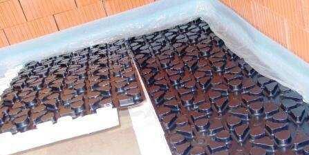 Fußbodenheizung im Noppenplattensystem - Ansicht der Noppenplatte im Schrägformat.