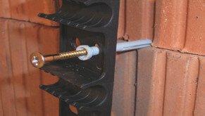 Wandheizung als Flächenheizung Klemmleiste mit Dübel und Schraube